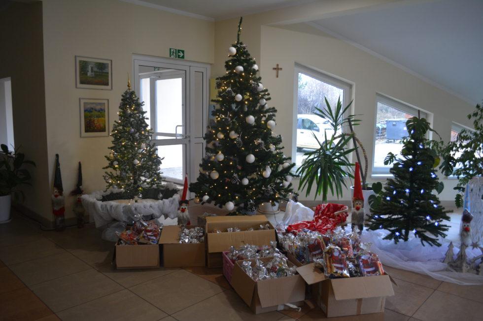 Paczki świąteczne na tle naszej choinki