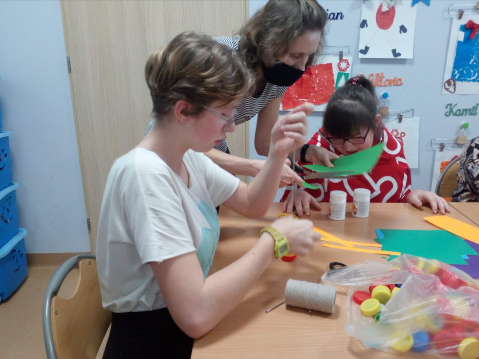 dzieci tworzą instrumenty muzyczne