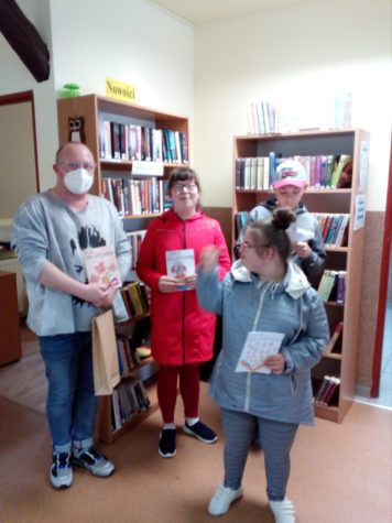 dzieci z bibliotekarzem