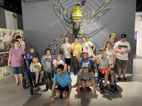 dzieci na tle ogromnego pająka