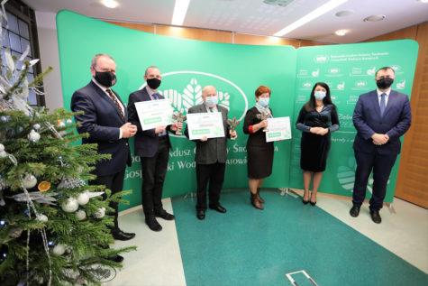 Wszyscy którzy otrzymali zielony czek na zielonym tle