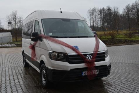 Nowy biały bus z czerwoną kokardą