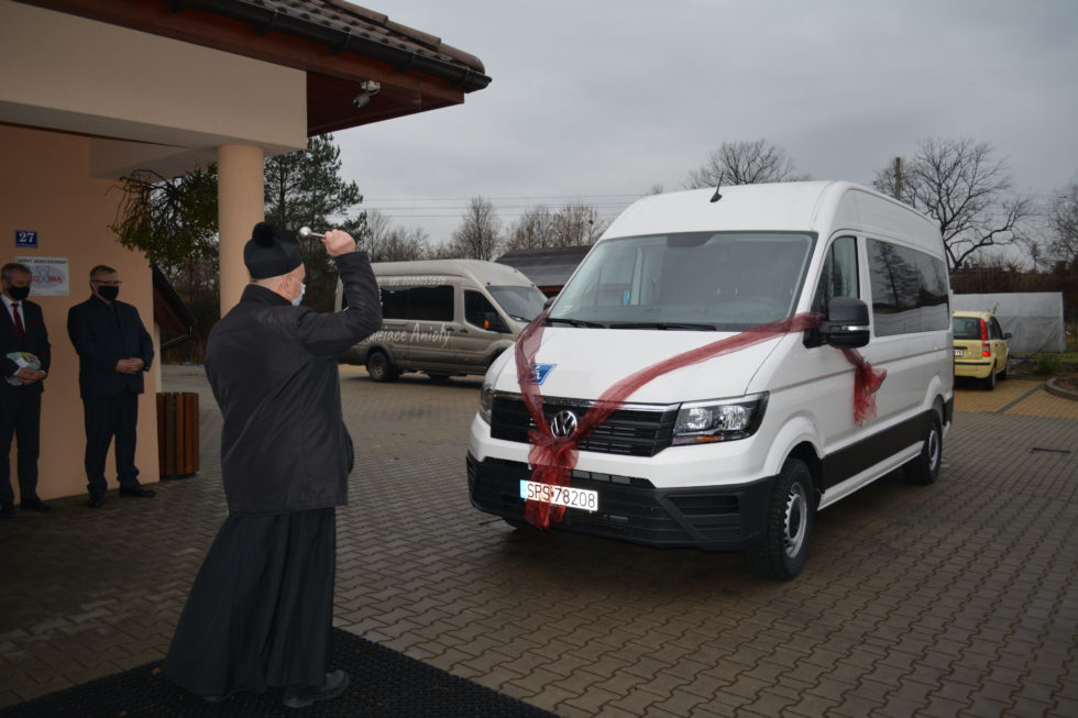 poświęcenie busa przez księdza Grzegorza