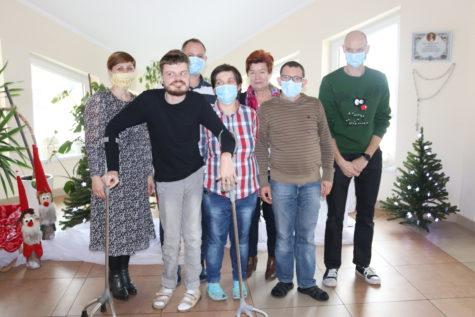 Na zdjęciu znajdują się wychowankowie Świetlicy wraz z Panią Sołtys naszej miejscowości oraz Pani Krysia przewodnicząca Naszego Stowarzyszenia, w tle widać ustrojone choinki